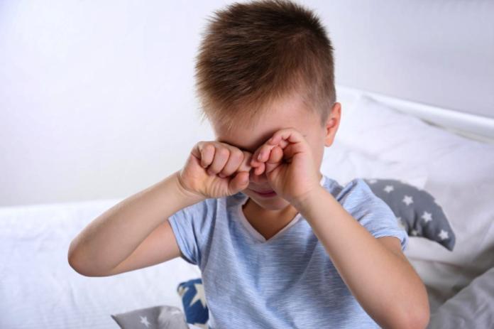 Según los expertos en salud visual, la exposición a la luz solar es determinante para prevenir y retener la miopía en niños y adolescentes porque estimula la producción de dopamina, un neurotransmisor que bloquea el alargamiento del ojo durante su desarrollo. Obviamente, con la restricción de salir a la calle apenas 1 hora, la exposición a la luz natural es mucho menor.