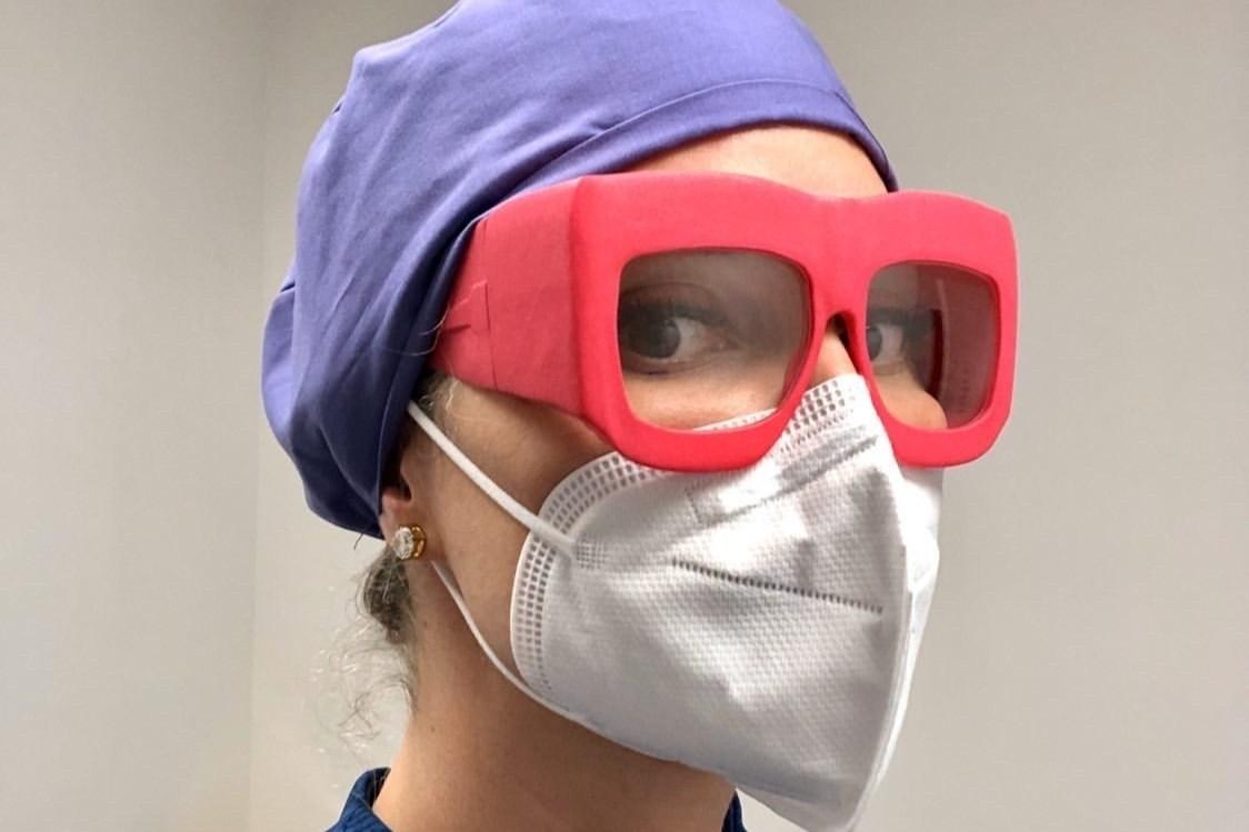 Fitz Frames lanzó recientemente Fitz Protect, una línea de gafas protectoras personalizadas impresas en 3D, diseñadas para ajustarse alrededor de los contornos de la cara del usuario y proporcionar protección contra las microgotas que lleguen a los ojos.