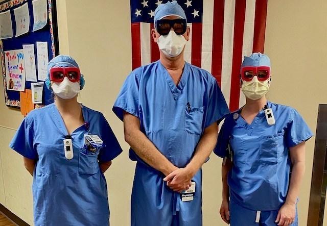 «Los médicos están haciendo turnos de 12, 18 horas, y los lentes Fitz Protect son mucho más cómodos que las otras opciones que tienen, y funcionan muy bien en conjunto con otros EPP», dijo Schlumberger.